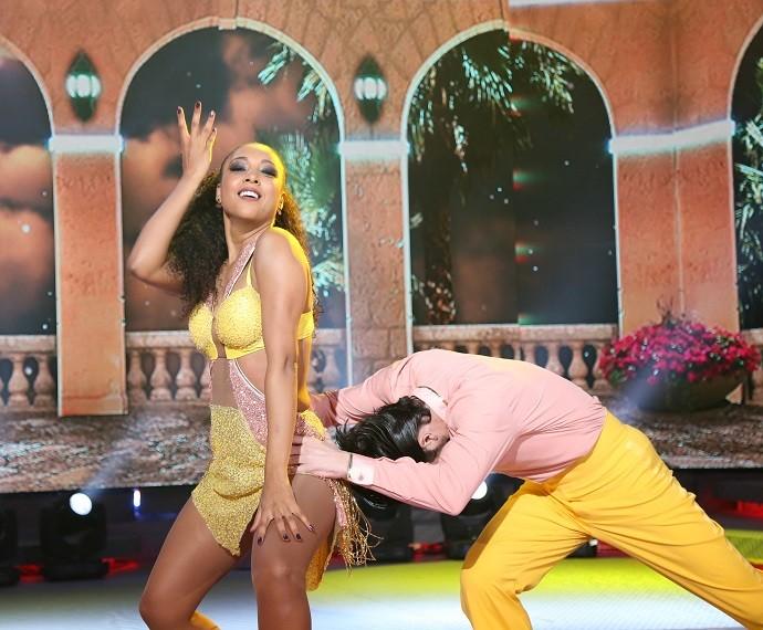 Negra Li fez carão com Edgar Fernandes durante a apresentação de salsa (Foto: Carol Caminha/Gshow)