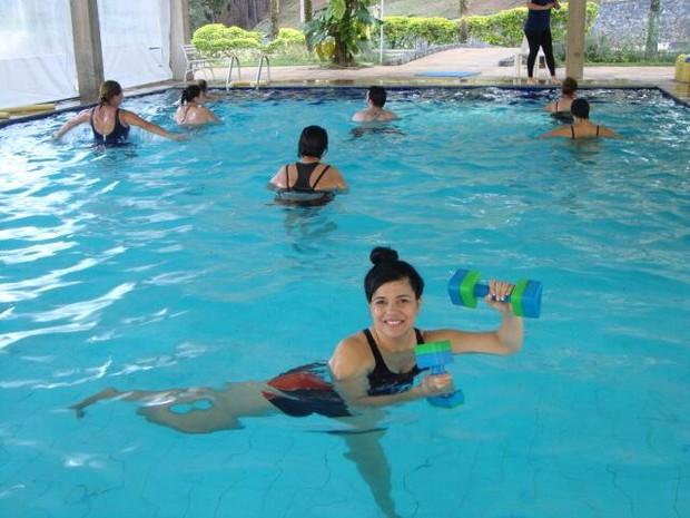 Mara Maravilha se exercita em piscina (Foto: Twitter/ Reprodução)