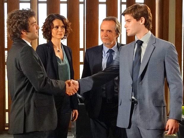 Climão! Elano e Conrado se cumprimentam como colegas de trabalho  (Foto: Cheias de Charme / TV Globo)