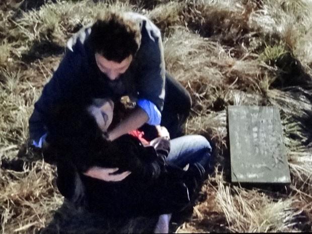 Miriam desmaia diante do túmulo de Elisa (Foto: Amor Eterno Amor/TV Globo)
