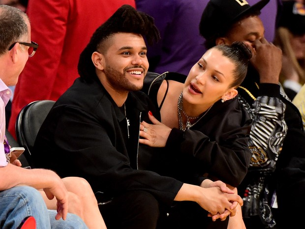 The Weeknd e Bella Hadid em jogo de basquete em Los Angeles, nos Estados Unidos (Foto: Harry How/ Getty Images/ AFP)
