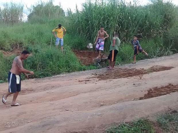 Moradores se reúnem para tapar  buracos no Igarapés em Jacareí (Foto: Arquivo Pessoal/Juliana Soares)