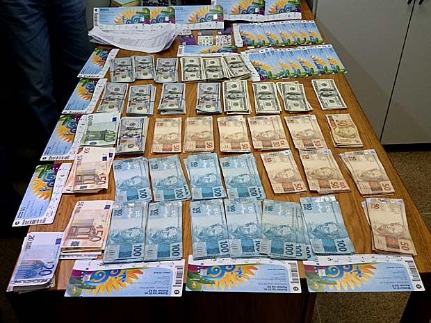 Dinheiro e ingressos apreendidos com português em Brasília nesta quarta-feira (25) (Foto: Ricardo Moreira/G1)