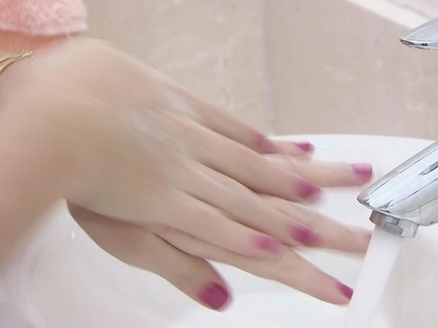 Lavar as mãos ajuda a prevenir a gripe (Foto: Reprodução/TV Tribuna)