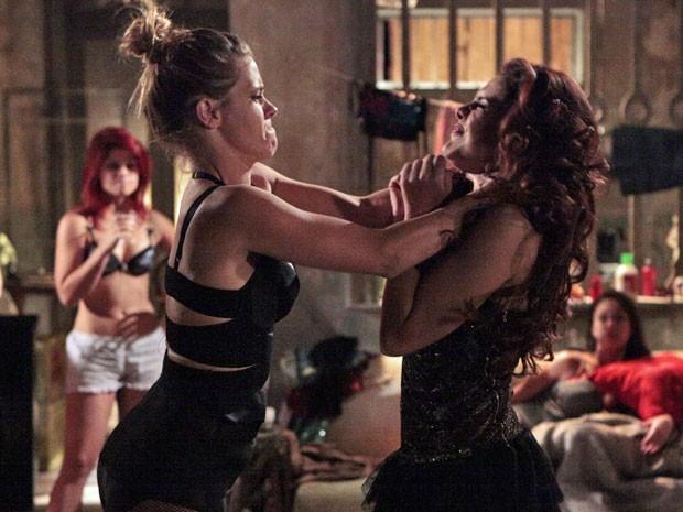 Irritada, Jéssica tenta esganar Rosangela de tanta raiva (Foto: Salve Jorge / TV Globo)