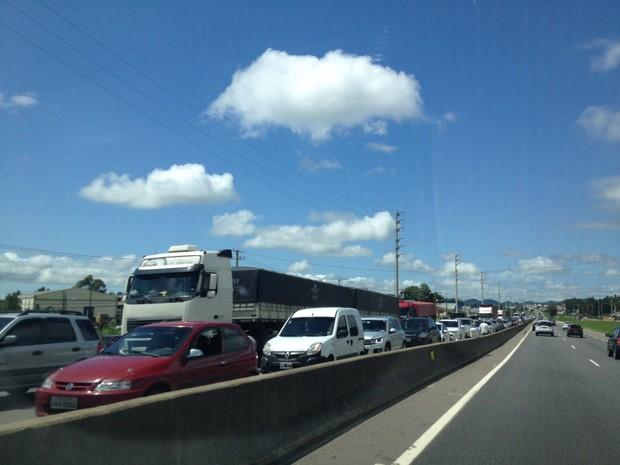 BR-101 tem filas no Morro do Formigão, em Tubarão (Foto: Janine Limas/RBS TV)