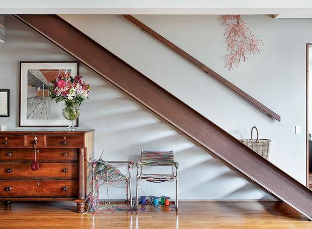 apartamento-duplex-Fernanda-Pessoa-de-Queiroz-escada-arte-quadro-flores (Foto: Denilson Machado/MCA Estúdio/Editora Globo)
