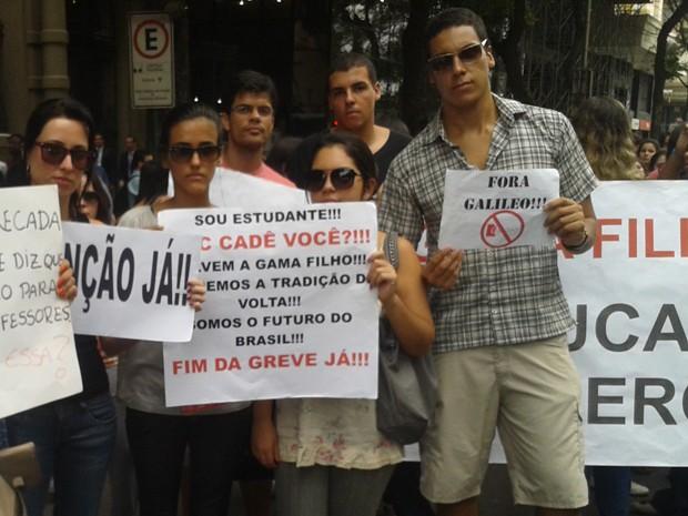 Alunos pedem a saída da Galileo e o fim da greve (Foto: Gabriel Barreira / G1)