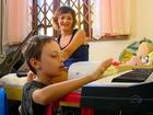 Família pede ajuda para dar piano de presente a menino com doença rara