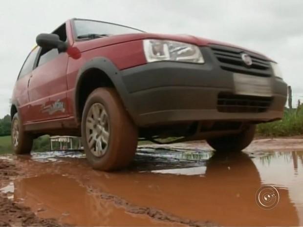 Lama e buracos são causa para reclamações de motoristas (Foto: Reprodução/ TV TEM)