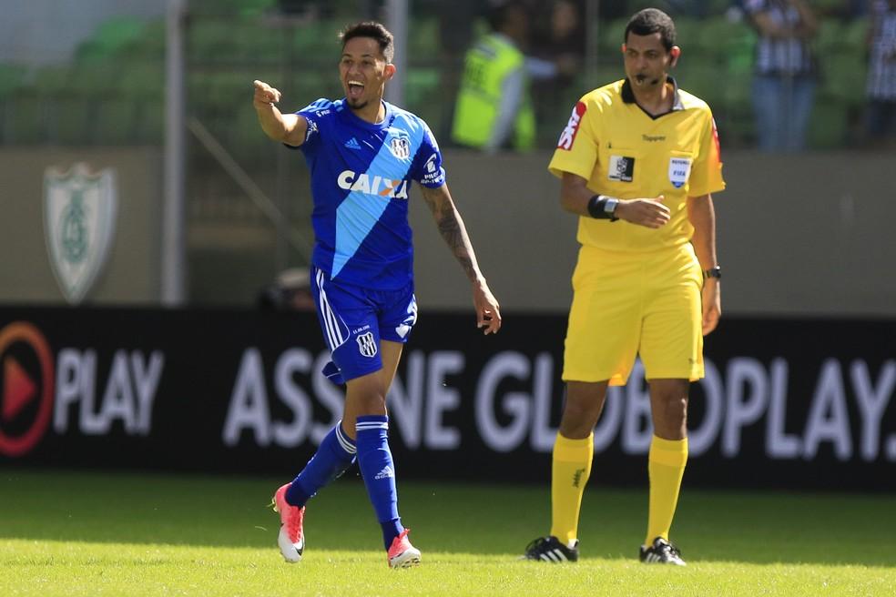 Lucca comandou a reação da Ponte no Horto, com dois gols  (Foto: Futura Press)