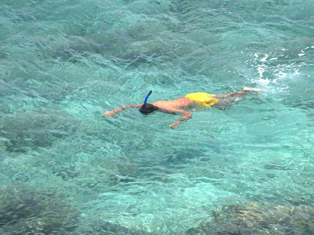 Turista faz snorkel em Rincón de Guayabitos, piscina natural no México (Foto: CVB Riviera Nayarit/Divulgação)