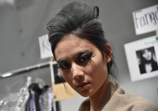 Modelos usam cílios poderosos no desfile da marca Venexiana  no NYFW (Foto: AFP)
