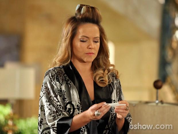 Shirley vê exame de Rafaela (Foto: Camila Camacho/ TV Globo)