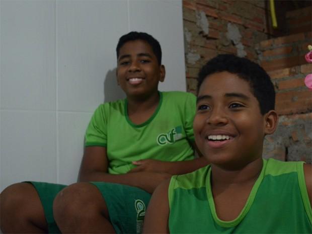 Leandro (ao fudo) e Alison passaram cinco anos em abrigo serem tirados da mãe biológica (Foto: Rodolfo Tiengo/ G1)
