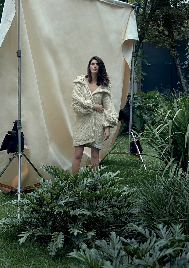 A ex-modelo e apresentadora Isabella Fiorentino no jardim de sua casa, em São Paulo (Foto: Manuel Nogueira)