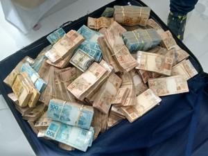 Cerca de R$ 500 mil em espécie também foi apreendido com suspeitos (Foto: Divulgação / Secretaria de Segurança)