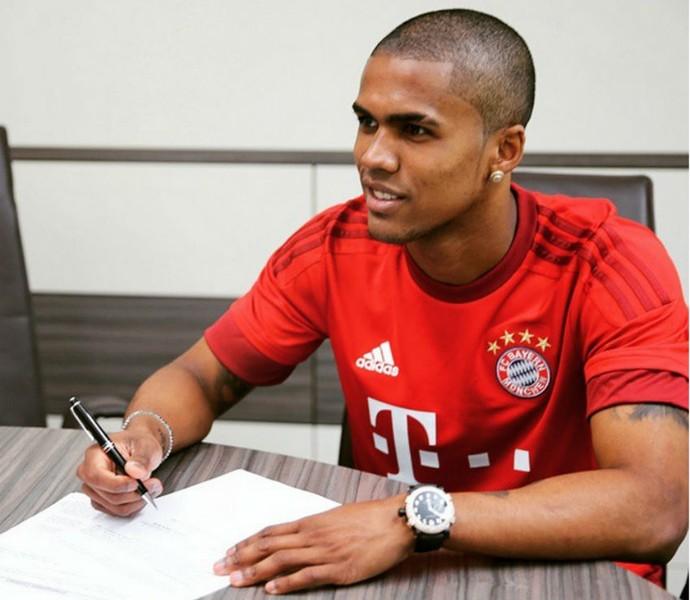Douglas Costa assina contrato Bayern de Munique  (Foto: Reprodução Instagram)