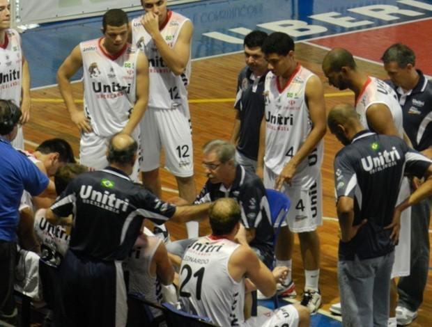 Hélio Rubens durate jogo entre Uberlândia e Limeira (Foto: Diego Alves)