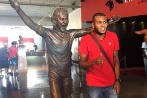 Marcelo Cirino na sede do Flamengo (Foto: Reprodução / Twitter)