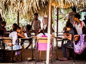Alunos de escola indígena em Inhapi durante aulas em oca na comunidade (Foto: Jonathan Lins/G1)