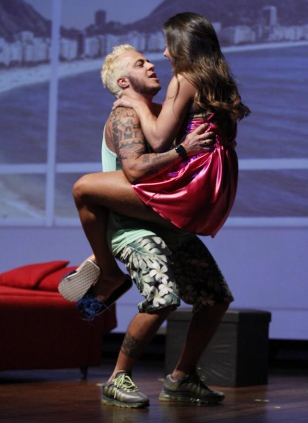 Thammy e Andressa em cena de 'T.R.A.N.S – Terapia de Relacionamento Amorosos Neuróticos Sexuais' (Foto: Thyago Andrade/Brazil News)