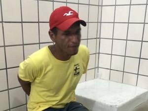 Suspeito foi levado por policiais militares à delegacia após roubo (Foto: Uinderlei Guimarães/ Sul Bahia News)