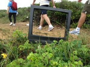 Andarilhos encontram sofás, televisões e outros objetos jogados pelo caminho. (Foto: Reprodução/TV Gazeta)