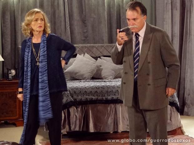 Charlô descobre que Otávio está ajudando Veruska (Foto: Guerra dos Sexos / TV Globo)