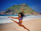 Aline Riscado mostra corpão em foto na praia