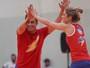 A 2 dias da final, Falcão joga vôlei ao lado de rival e impressiona Camila Brait