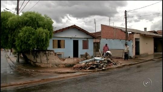 Caminhão desgovernado destrói muro de casa em Cerqueira César