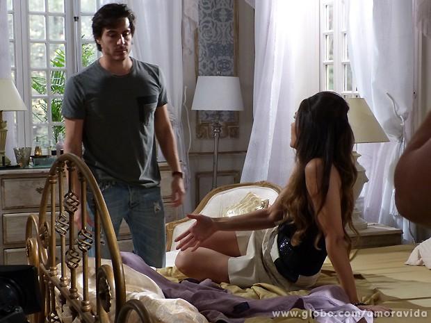 Ela convence o escritor a esquecer Nicole de vez... (Foto: Amor à Vida / TV Globo)