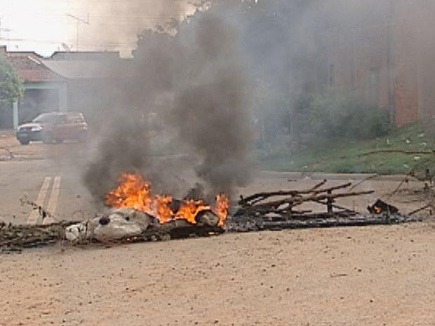 Moradores colocaram fogo em pneus e pedaços de madeira  (Foto: reprodução/TV Tem)
