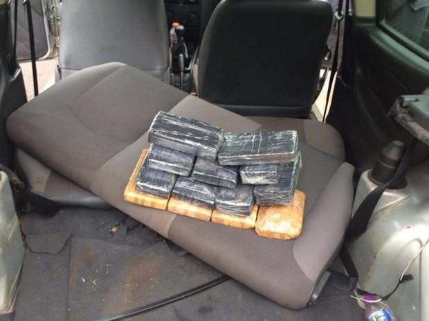 Droga estava escondida em um carro (Foto: Divulgação/Polícia Militar)