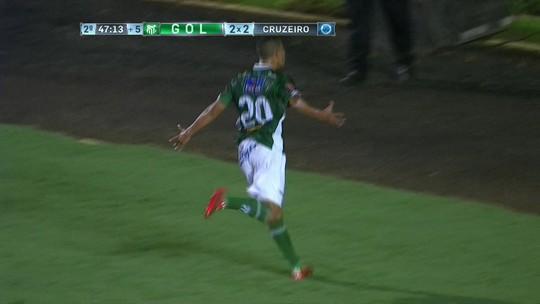 """""""Imitei o Imperador"""", diz técnico ao tirar camisa em gol contra Cruzeiro em MG"""