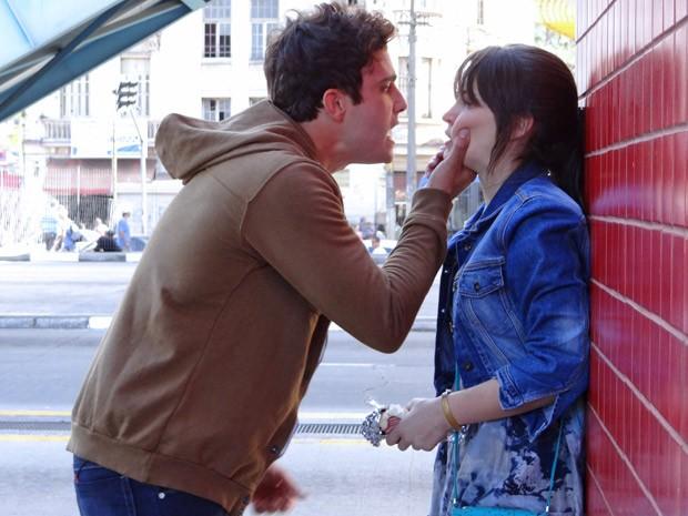 Zenon dá um chega pra lá em Carolina de uma vez por todas (Foto: Guerra dos Sexos/ TV Globo)