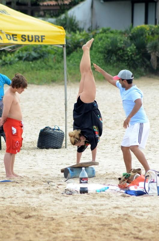 Carolina Dieckmann vai à praia em Búzios, RJ (Foto: MARCELO DUTRA/PHOTO RIO NEWS)