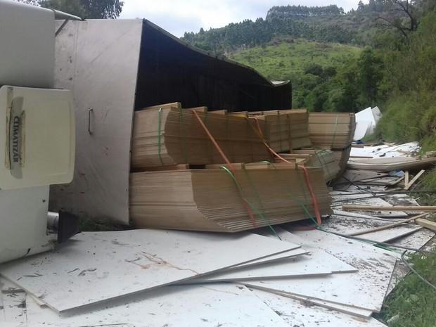 Caminhão tombou sobre caminhonete; duas pessoas morreram e três ficaram feridas (Foto: Divulgação/Polícia Rodoviária Federal)