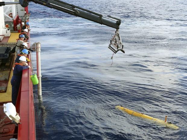 Veículo submarino foi colocado no oceano em busca de sinais dos destroços do voo MH370 da Malaysia Airlines. (Foto: AP Photo)
