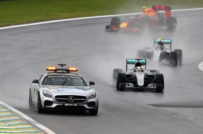 Lewis Hamilton e Nico Rosberg atrás do safety car no GP do Brasil (Foto: Getty Images)