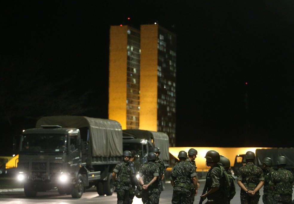 Homens do Exército ocuparam a Esplanada dos Ministério nesta quarta (24) para reforçar a segurança em Brasília (Foto: NILTON FUKUDA/ESTADÃO CONTEÚDO)