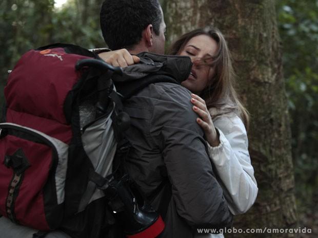 Paloma é resgatada por Bruno (Foto: Amor à Vida/ TV Globo)