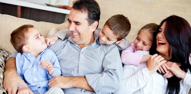 pai, mãe e crianças; família (Foto: Shutterstock)