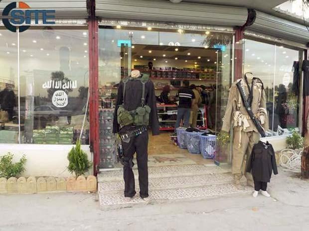Loja do Estado Islâmico vende itens de guerra em Mosul, no Iraque (Foto: Reprodução/ Twitter/ Rita Katz)