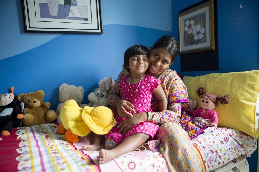 Choity Khatun, de 3 anos, com sua mãe Shima Khatun, de 22: menina passou por cirurgia para remover terceira perna e adequar outros órgãos (Foto: TEAGAN GLENANE / CHILDREN FIRST FOUNDATION / AFP)