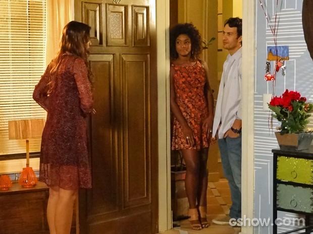 Laerte surpreende Luiza e aparece na casa de Clara e Cadu (Foto: Em Família/ TV Globo)