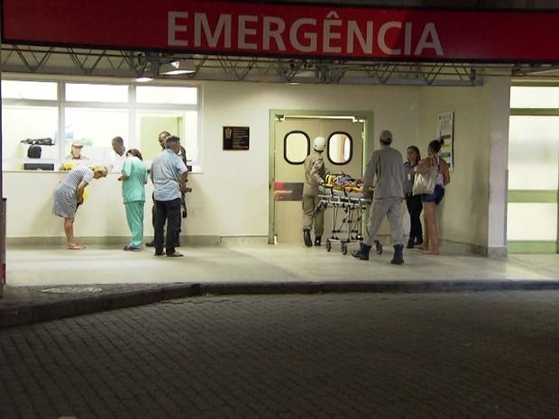 Movimentação na porta do hospital após tiroteio na Cidade de Deus (Foto: Reprodução)