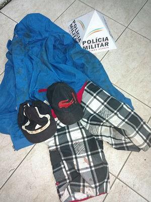 PM apreendeu roupas usadas em crime no Bairro Filgueiras em Juiz de Fora (Foto: Polícia Militar/ Divulgação)