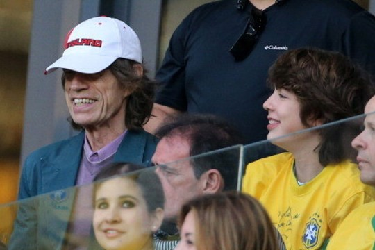 Mick Jagger e o filho Lucas, cada vez mais parecido com o pai, em flagra durante a Copa, em 2014 (Foto: Divulgação)